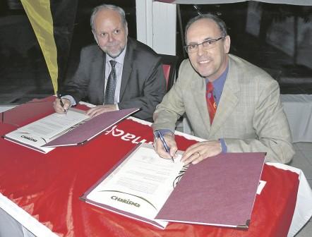 Die beiden Vorstände Wolfgang Becker (links) und Peter Wolfering unterzeichneten den Kooperationsvertrag (Torsten Streib)