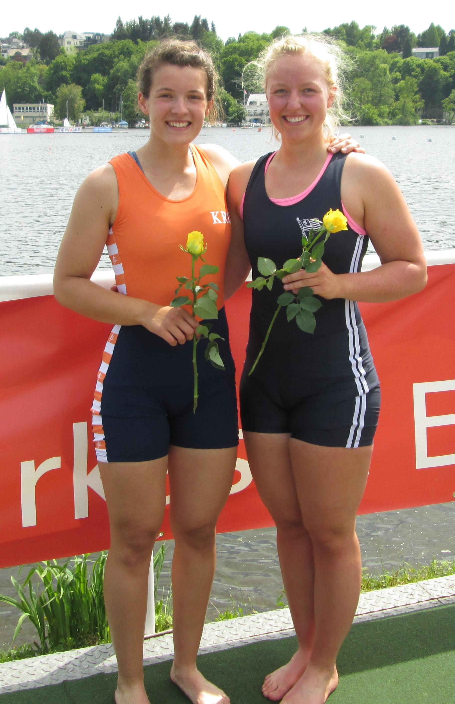 Bild der Siegerrehrung von Svenja Leemhuis und Julia Barz der zweiten Kleinbootüberprüfung